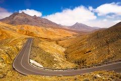 Väg i vulcanic landskap av den Fuerteventura ön, kanariefågelö, Spanien, Europa Arkivbilder