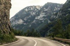 Väg längs den Piva flodkanjonen i den nordliga Montenegro royaltyfri foto