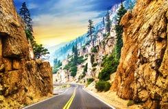 Väg längs den sceniska bergiga rutten Fotografering för Bildbyråer