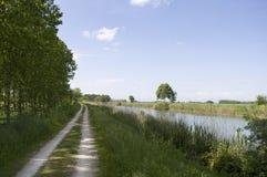 Väg längs floden Royaltyfria Bilder