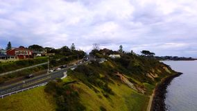 Väg längs havet med bilar arkivfilmer