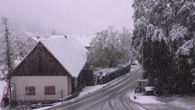 Väg, lantbrukarhem och tungt snöfall stock video