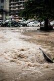 Väg med översvämning, når att ha regnat i Sriracha, Chonburi, Thailand Royaltyfri Bild
