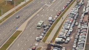 Väg med biltrafik parkering Fotografering för Bildbyråer