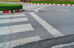 Väg med den röda och vita trottoarkanten Arkivbilder