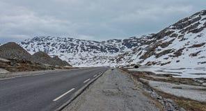 Väg 63 med det snöig berget, Norge Arkivfoto