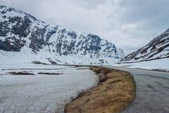 Väg 63 med det snöig berget, Norge Fotografering för Bildbyråer