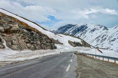 Väg 63 med det snöig berget, Norge Royaltyfri Foto