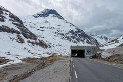 Väg 63 med det snöig berget, Norge Arkivbild