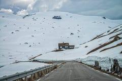 Väg 63 med det snöig berget, Norge Royaltyfria Foton