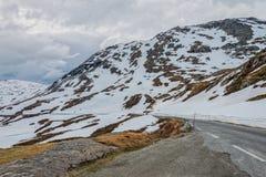 Väg 63 med det snöig berget, Norge Arkivfoton