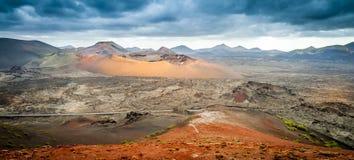 Väg med sikter av volcanoesna Royaltyfri Bild