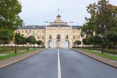 Väg med teckning till den Konstantinovsky slotten i Peterhof royaltyfria foton