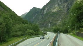 Väg mellan berg i Norge Turismsemester och lopp lager videofilmer