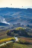 Väg mellan kullarna av Langa Piemonte Italien Arkivfoto