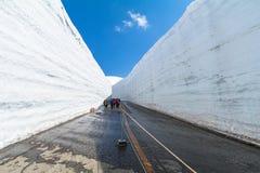 Väg mellan snöväggen av Tateyama Kurobe den alpina rutten eller Japa Arkivbild
