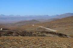 Väg in mot den Indien gränsDeosai nationalparken Skardu Gilgit-Baltistan Pakistan royaltyfri foto