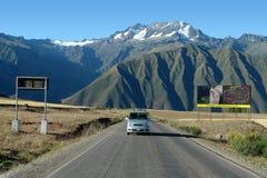 Väg nära Cuzco, Peru fotografering för bildbyråer
