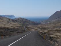 Väg och Artic hav i Island arkivfoto