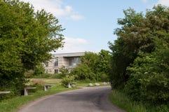 Väg och byggnad i Ballerup arkivbilder