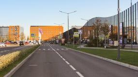 Väg och del av parkeringsplatsen på den komplexa ExpoForumen Royaltyfri Fotografi