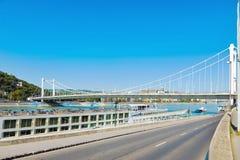 Väg- och Elizabeth bro över Danube River i Budapest Arkivbilder