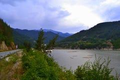 Väg och flod Arkivbilder