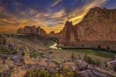 Väg och flod till och med dalen under guld- solnedgång arkivfoto