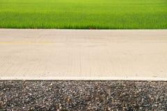 Väg- och gräsplanrisfält på bygdsikt Arkivbilder