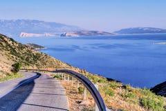 Väg- och havssikt av den Krk ön, Kroatien Royaltyfri Bild