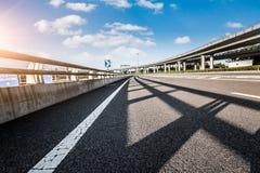 Väg och himmel i flygplats arkivbilder