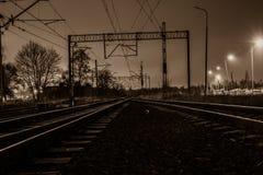 Väg och järnväg i natten Royaltyfria Bilder