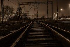 Väg och järnväg i natten Royaltyfri Bild