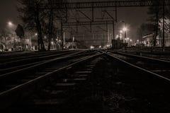 Väg och järnväg i natten Arkivbilder