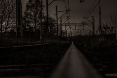 Väg och järnväg i natten Royaltyfri Fotografi