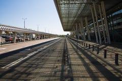 Väg och modern byggnadsarkitektur av terminalen för internationell flygplats Arkivfoto