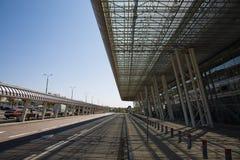 Väg och modern byggnadsarkitektur av terminalen för internationell flygplats Arkivfoton