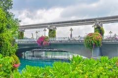 Väg och motorväg över havet nära den Sentosa ön på Singapore royaltyfria foton