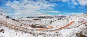 Väg och snö Arkivfoto