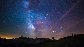 Väg och stjärnor för Astro tidschackningsperiod som mjölkaktig roterar över de majestätiska italienska franska fjällängarna i som lager videofilmer
