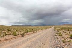 Väg och stormmoln, Bolivia Arkivfoton