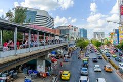 Väg och trafik framme av centrala Ladprao royaltyfri fotografi