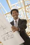 Väg-och vattenbyggnadsingenjör Holding Blueprint Fotografering för Bildbyråer