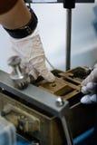Väg-och vattenbyggnadsingenjör som använder en direkt saxprovask för jordparameterbeslutsamhet Fotografering för Bildbyråer