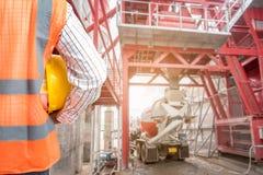 Väg-och vattenbyggnadsingenjör som arbetar i byggnadskonstruktionsplats Royaltyfri Fotografi