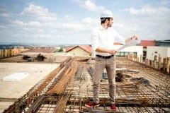väg-och vattenbyggnadsingenjör som arbetar på konstruktionsplats Arkitekt- och för konstruktionsbransch detaljer royaltyfri foto
