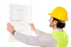 Väg-och vattenbyggnadsingenjör som granskar ritningen Royaltyfri Fotografi