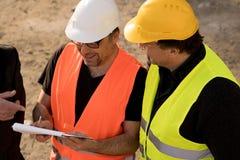 Väg-och vattenbyggnadsingenjör som skriver på en anteckningsbok royaltyfria bilder