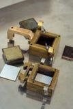 Väg-och vattenbyggnadutrustning, två provaskar för saxstyrka av jord och prövkopia Royaltyfri Foto