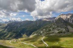 Väg på berget och molnig himmel Arkivfoto